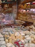 Cheese and Wine Variety in Shop, Paris, France Lámina fotográfica por Lisa S. Engelbrecht