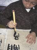 Boy Writing Chinese Calligraphy, Shanghai, China Lámina fotográfica por Keren Su