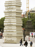 "Visitors Look at a Sculpture Erected by the Initiative ""Germany - Land of Ideas"" Lámina fotográfica"