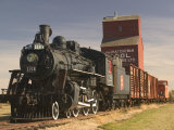 Steam Train and Grain Elevator in Western Development Museum, Saskatchewan, Canada Photographie par Walter Bibikow