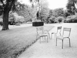 Luxembourg Gardens Statue of Liberty and Park Chairs, Paris, France Fotografie-Druck von Walter Bibikow