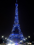 The Eiffel Tower Shows Blue Lighting to Mark Europe's Day Lámina fotográfica
