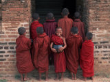 Young Monks in Red Robes with Alms Woks, Myanmar Fotografisk tryk af Keren Su