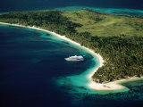 Aerial of Blue Lagoon Cruises Ship Anchored Off Island, Fiji Fotografisk tryk af Peter Hendrie