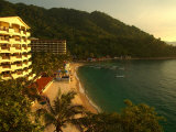 La Jolla De Mismaloya Hotel in Mismaloya Bay at Sunset, Puerto Vallarta, Mexico Fotografisk tryk af Anthony Plummer