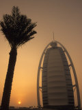 Palm Tree Next to Burj Al Arab Hotel at Sunset, Dubai, United Arab Emirates Photographie par Holger Leue