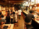 Customers Dining at Oden Restaurant, Shinjuku, Tokyo, Japan Fotografisk tryk af Greg Elms
