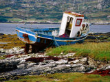 Old Fishing Boat Hauled up on Shore, Manin Bay, Connemara, Ireland Lámina fotográfica por Cummins, Richard