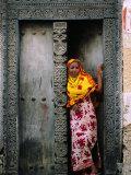 Swahili Girl in Zanzibar Doorway, Bagamoyo, Tanzania Fotografisk tryk af Ariadne Van Zandbergen