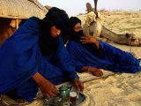 Tuareg Men Preparing for Tea Ceremony Outside a Traditional Homestead, Timbuktu, Mali Fotografisk tryk af Ariadne Van Zandbergen