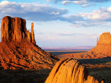 West and East Mitten Buttes, Monument Valley Navajo Tribal Park, U.S.A. Fotografisk tryk af Ruth Eastham