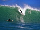 Surfer at Waikanae Beach, Poverty Bay, Gisborne, New Zealand Fotografisk tryk af Paul Kennedy