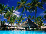 Hotel Pool and Palm Trees, Fiji Fotografie-Druck von Peter Hendrie