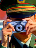 Guard Using His Camera on National Day in Tiananmen Square, Beijing, China Lámina fotográfica por Ray Laskowitz
