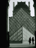 Looking Through an Arched Entrance of the Musee Du Louvre Towards the Glass Pyramid, Paris, France Fotografisk tryk af Mark Newman