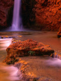 Mooney Falls in the Havasupai Indian Reservation, Grand Canyon National Park, Arizona Fotografisk tryk af Mark Newman