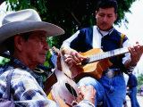 Men Strumming Guitars in Parque Libertad, San Salvador, El Salvador Fotografisk tryk af Anthony Plummer