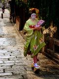 Maiko Walking Along Street in Gion, Kyoto, Japan Fotografisk trykk av Frank Carter