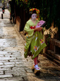 Maiko Walking Along Street in Gion, Kyoto, Japan Lámina fotográfica por Frank Carter