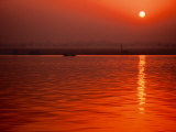 Sunset over the Ganges River in Varanasi, India Fotografisk tryk af Dee Ann Pederson