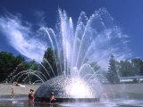 Children Play in the International Fountain of Seattle Center, Seattle, Washington, USA Papier Photo par Charles Crust