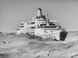 """Ocean Liner """"Oriana"""" Passing Through Desert Dunes Going Through Suez Canal Premium fotografisk trykk av John Dominis"""