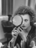 Actress Hanna Schygulla Looking in Hand Mirror While Applying Makeup Fototryk i høj kvalitet af Alfred Eisenstaedt