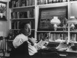 Portrait of Playwright Tennessee Williams Sitting at His Typewriter Reproduction sur métal par Alfred Eisenstaedt