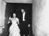 "Jimmy Stewart Escorting Olivia deHavilland After Winning Oscar for Best Actress in ""The Heiress"" Reproduction photographique sur papier de qualité par Ed Clark"