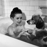 Margaret O'Brien and Her Spaniel Maggie Share a Bubble Bath プレミアム写真プリント : リー・ハンセン