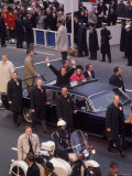 Surrounded by Secret Service, President Richard M. Nixon Waves from Limo on the Way to Inauguration Fototryk i hj kvalitet af Henry Groskinsky