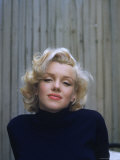Marilyn Monroe on Patio Outside of Her Home Premium fotoprint van Alfred Eisenstaedt