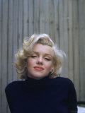 Marilyn Monroe on Patio Outside of Her Home Premium fotoprint van Alfred Eisenstaedt