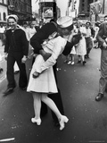 Kissing the War Goodbye, Times Square, May 8th, 1945 Fotografisk tryk af Alfred Eisenstaedt
