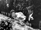 Sen. John Kennedy and His Bride Jacqueline in Their Wedding Attire Fotografie-Druck von Lisa Larsen