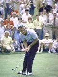 Golfer Arnold Palmer Lining Up Putt as Spectators Look on at Event Premium fotografisk trykk av John Dominis
