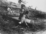 Marine Pfc. Raymond Hubert Using Unexploded 16 Inch Naval Shell for Resting Place during WWII Reproduction photographique sur papier de qualité par A.b. Knight