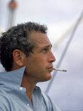 Actor Paul Newman Taking a Cigarette Break Lámina fotográfica de primera calidad por Mark Kauffman