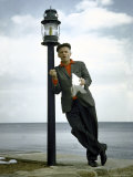 Actor Art Carney Leaning Against a Lamp Post Premium Photographic Print by Leonard Mccombe