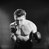 Actor Kirk Douglas in a Boxing Pose Premium-Fotodruck von Allan Grant