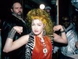 Singer Cyndi Lauper Flexing Her Muscles Premium-Fotodruck von Ann Clifford