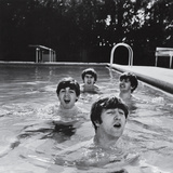 Paul McCartney, George Harrison, John Lennon and Ringo Starr Taking a Dip in a Swimming Pool Konst på metall av John Loengard