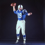 Baltimore Colts Football Player Johnny Unitas in Uniform While Holding Ball in Passing Stance Reproduction photographique sur papier de qualité par Yale Joel