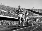 Czech Track and Field Gold Medalist Emil Zatopek, Leading Pack, Competing in 1952 Olympic Games Reproduction photographique sur papier de qualité par Mark Kauffman