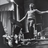 Maestro Leonard Bernstein Conducting the NY Philharmonic Orchestra for a Concert at Carnegie Hall プレミアム写真プリント : アルフレッド・アイゼンスタット