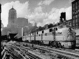 New York Central Passenger Train with a Streamlined Locomotive Leaving Chicago Station Fotografie-Druck von Andreas Feininger
