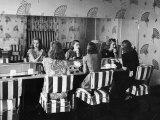 Patrons Touching Up Makeup Powder Room of the Stork Club Fotoprint van Alfred Eisenstaedt