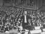 Orchestra Conductor Wilhelm Furtwangler Conducting Orchestra During a Concert Premium fototryk af Alfred Eisenstaedt