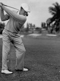 Golfer Ben Hogan, Keeping His Shoulders Level at Top of Swing Lámina fotográfica de primera calidad por J. R. Eyerman