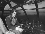 "Howard Hughes Sitting at the Controls of His 200 Ton Flying Boat Called the ""Spruce Goose"" Lámina fotográfica de primera calidad por J. R. Eyerman"